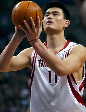 http://a6.idata.over-blog.com/300x390/3/03/85/41/yao-ming-out.jpg